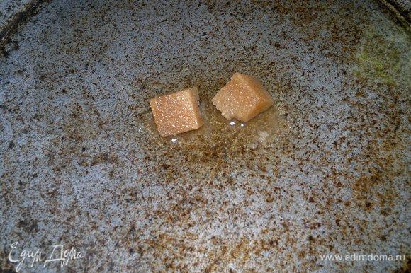 Достать пирог из духовки, выложить на блюдо. Пока пирог немного остынет, приготовить украшение. В сковороду налить воду, вино, положить сахар (у меня коричневый сахар-рафинад), подогреть до растворения сахара, перемешивая.