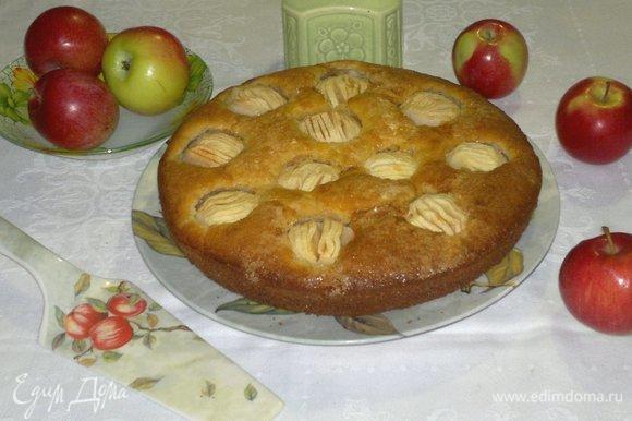 Выложить пирог на блюдо.