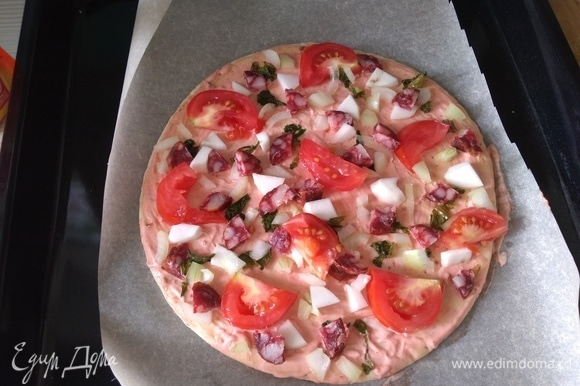 Положите все, что у вас есть, поверх теста для пиццы, распределяя, как вам хочется.