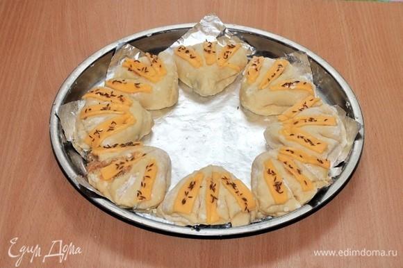 Выкладываем заготовки булочек на застеленный фольгой или бумагой для выпечки противень.