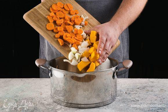 Добавьте в кастрюлю масло и немного обжарьте овощи.