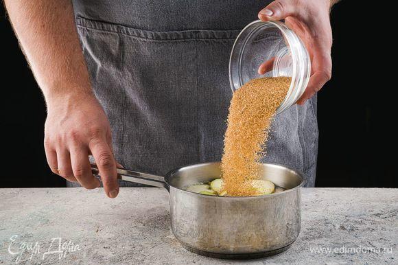 Доведите до кипения, добавьте сахар и варите 25 минут.