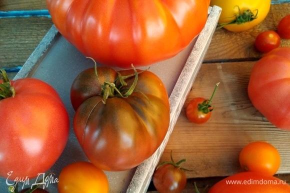 Из помидоров нужно сделать сок. Можно воспользоваться соковыжималкой, а можно моим способом. Крупные и спелые помидоры нужно ошпарить кипятком, снять кожицу, крупно нарезать. Сложить в кастрюлю и нагреть, кипятить не нужно.
