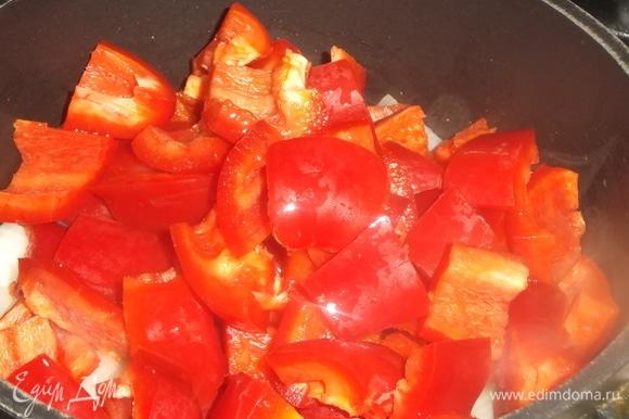 Добавить крупно нарезанный болгарский перец. Жарить на умеренном огне до золотистого цвета 15–20 минут, помешивая.