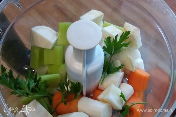 Овощи вымыть, при необходимости очистить и нарезать на кусочки.