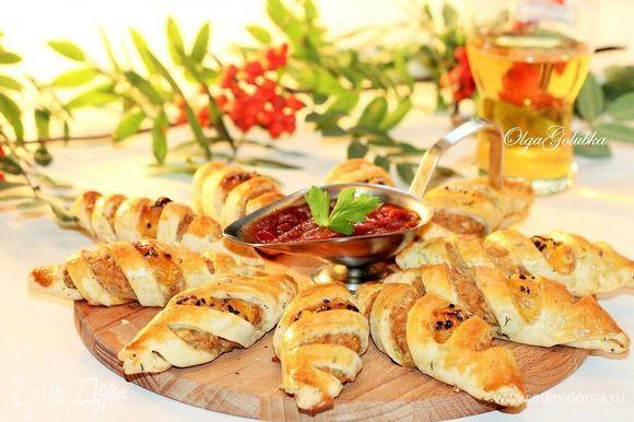 Пирожки готовы, смазываем сливочным маслом и подаем с кетчупом.