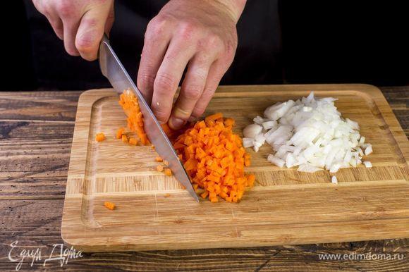 Морковь и лук мелко нарежьте кубиками.