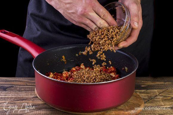 Добавьте промытую гречку и налейте воды столько, чтобы она покрывала крупу, перемешайте. Дождитесь, пока вода закипит.