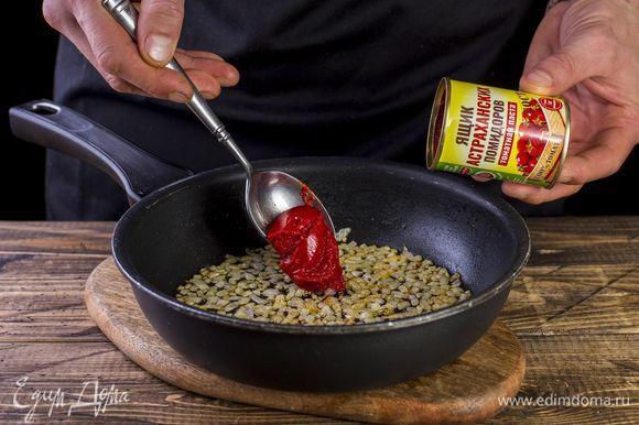 На сковороде обжарьте лук до золотистого цвета, добавьте томатную пасту ТМ «Ящик астраханских помидоров» и немного воды, потушите.