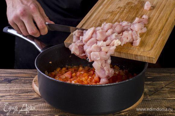 Добавьте курицу, немного потушите под закрытой крышкой.