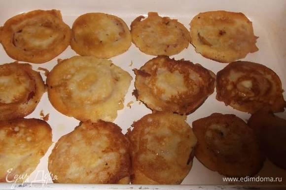 Обжаренные яблоки выложить в форму и поставить в разогретую до 200°C духовку на 20 минут. Оставшийся сахар смешать с корицей. Посыпать готовое печенье. Я посыпала половиной сахара, т.к. половину использовала в оладьи.
