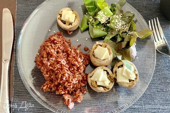 Все! Можно подавать как самостоятельное блюдо (тогда этот рецепт — одна порция), а можно с гарниром. У меня на гарнир красный рис, в него можно добавить оставшиеся ножки от грибочков.