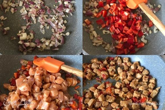 Теперь начинаем готовить эмпанадас. В сковороде разогреть 1 ст. л. оливкового масла и потушить лук. Потом добавить болгарский перец, перемешать и тушить еще 1–2 минутки. Затем добавить маринованное мясо, черный перец, перемешать и тушить до готовности.