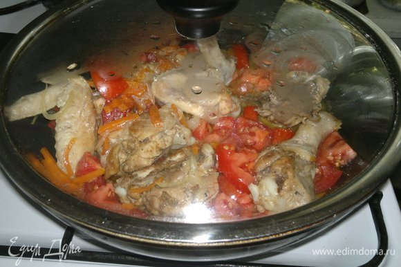 Накрыть сковороду крышкой и потушить курицу с овощами еще 5–7 мин.