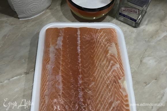 Рыбу промыть и хорошо обсушить бумажным полотенцем. Если есть косточки — извлечь пинцетом. Кожу не срезать.