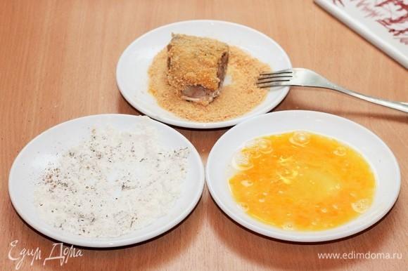 Муку смешиваем с приправой для рыбы. Яйцо взбиваем вилкой. Обваливаем кусочки рыбы вначале в муке, затем макаем в яйцо и в последнюю очередь в сухари. Обжариваем кусочки рыбы на разогретом масле до золотистой корочки. Полностью рыбку можно не зажаривать, нам нужна корочка.