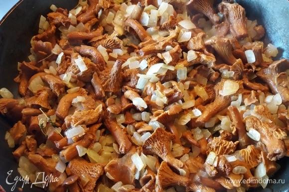 Добавить лисички, обжаривать, пока жидкость из грибов не испарится.