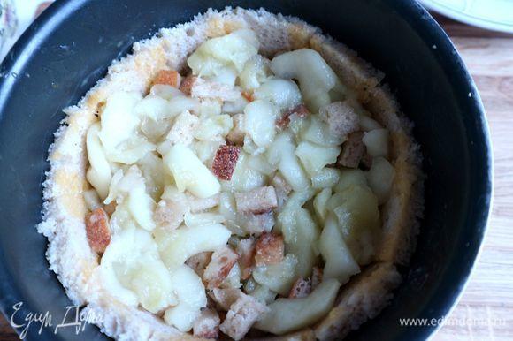 Поместить яблочную начинку на хлебную основу.