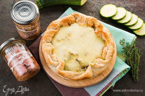 Выпекайте в духовке при той же температуре до золотистой сырной корочки. Такой сытный пирог можно взять на работу в качестве перекуса.
