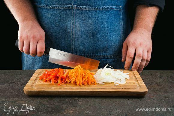Изюм промойте и залейте кипятком. Оставьте его на 30 минут. Лук, морковь и перец нарежьте соломкой.