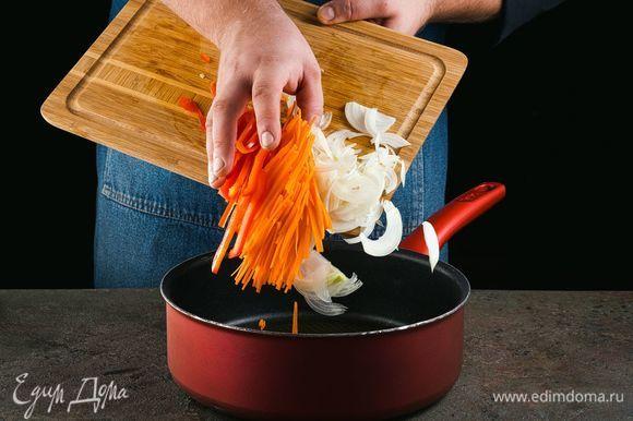 Добавьте в сотейник масло и обжарьте овощи.