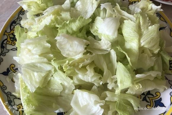 Листья салата крупно порвать руками. Все остальные овощи мелко нарезать.