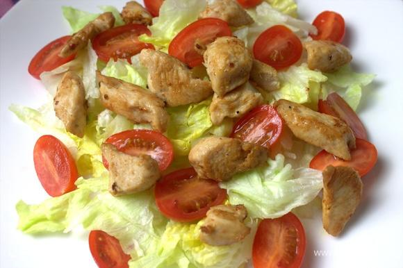 Далее выкладываем куриное филе со сковороды.