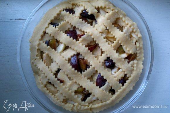 Выложить полоски теста на пирог в виде плетенки. Поставить форму с пирогом в духовку, разогретую до 180ºС на 30–35 мин.