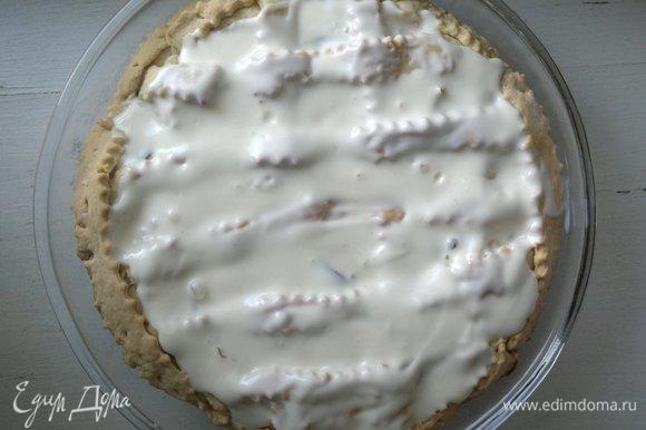 В оригинальном рецепте говорилось, что заливку нужно выливать на пирог прямо в форме. Я сначала так и сделала, но потом сразу же переложила пирог на блюдо. Дело в том, что пирог с заливкой размягчается, и при вытаскивании из формы может поломаться. Лучше вытащить его из формы (он очень легко достается) и затем заливать сметанной массой.