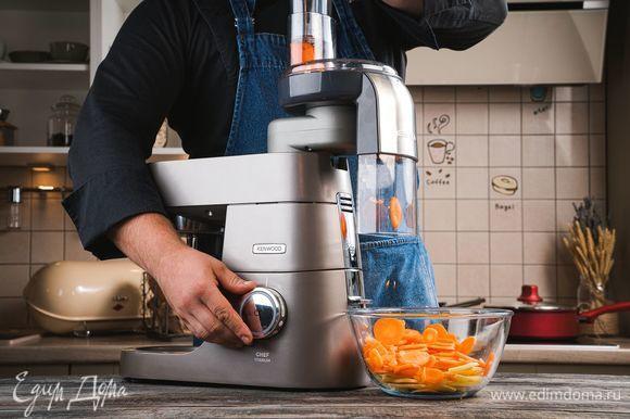 Промойте и очистите морковь, картофель. Установите на кухонную машину KENWOOD насадку-овощерезку и нарежьте овощи кусочками.