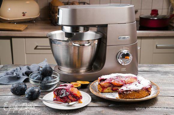Выпекайте пирог в течение 45 минут в предварительно разогретой до 180°С духовке. Готовый пирог остудите, посыпьте сахарной пудрой и подавайте к столу. Приятного чаепития!