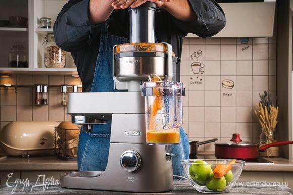 Очистите и нарежьте на кусочки морковь. Установите на кухонную машину KENWOOD насадку-соковыжималка. Выжмите морковный сок. Затем выжмите яблочный сок, удалив у каждого яблока сердцевину.