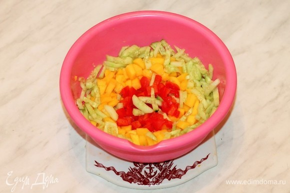 Нарежьте перец, манго и огурец кубиками или соломкой.