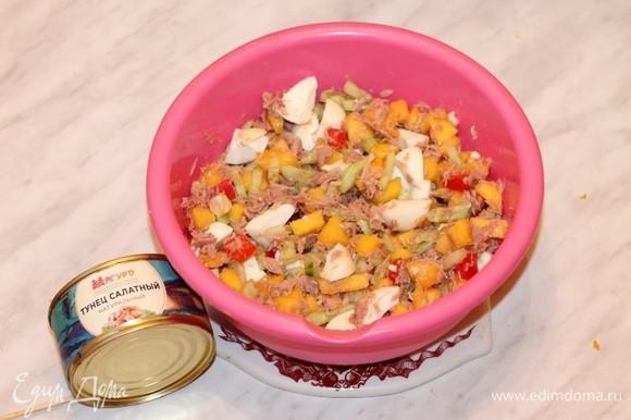 Откройте банку консервированного тунца ТМ «Магуро», слейте жидкость. Выложите рыбу в салатник. Положите яйца, посолите, поперчите и перемешайте. Майонез добавляйте перед подачей.