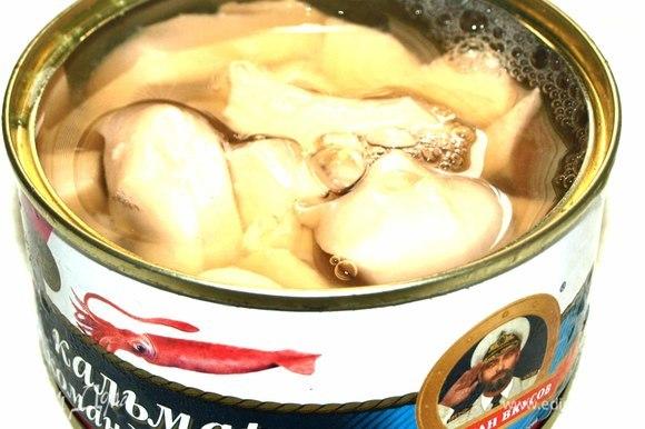 Открыть банку кальмара командорского ТМ «Капитан Вкусов». Жидкость слить.