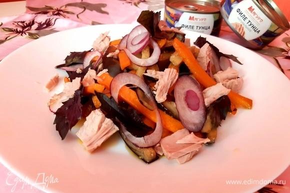 Готовые овощи выложить на тарелку, добавить лук, базилик и тунец ТМ «Магуро».