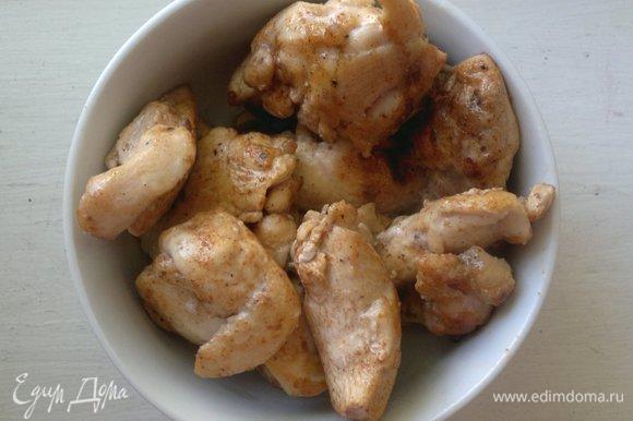Выложить обжаренное филе в миску (без масла).