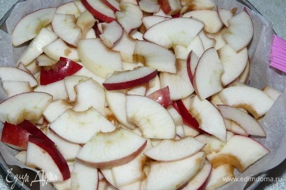 Нарезаем яблоки сначала дольками, а потом — кусочками. Заранее приготовим форму: смазываем растительным маслом и дно посыпаем панировочными сухарями. Я положила пергамент между формой и пирогом. Далее выкладываем нарезанные яблоки. И отодвигаем в сторону.