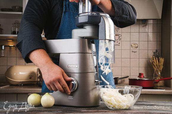 Тем временем измельчите лук с помощью насадки-овощерезки в кухонной машине KENWOOD.