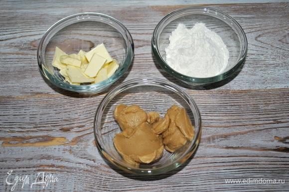 Из муки, масла и ореховой пасты сделайте крошку. У меня фундучная ореховая паста. Я сахар не добавляла, но можно добавить по желанию немного сахара.