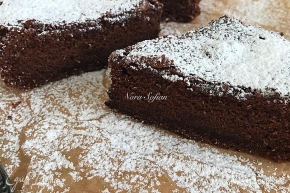 Готовый пирог достать, дать слегка остыть в форме (10 минут ), а затем достать из формы и переложить на решетку.