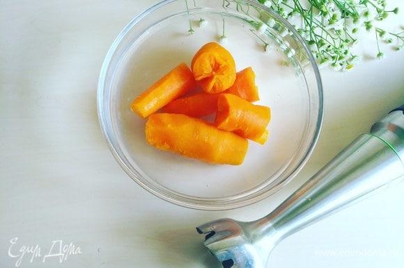 Затем с помощью блендера измельчаем очищенную морковь.