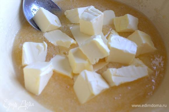 Нарезать мягкий маргарин кусочками.