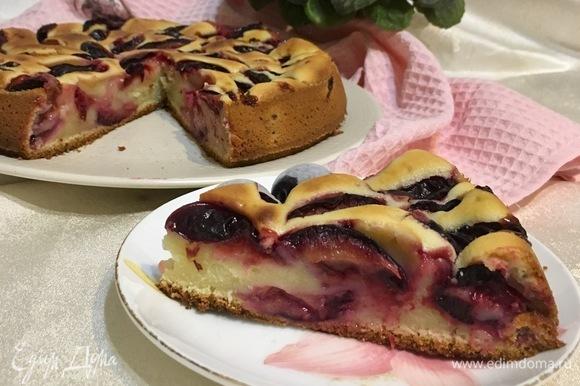 Такой пирог хорош как в теплом, так и в остывшем виде.