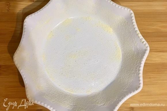 Форму для запекания диаметром 20 см смазываем сливочным маслом и сверху посыпаем манной крупой так, чтобы форма вся была посыпана.