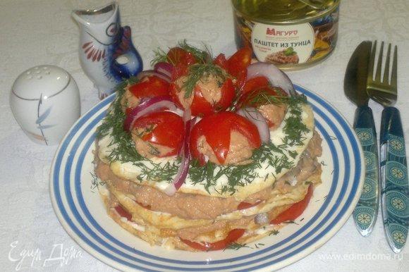 После фотосессии блюда мне захотелось украсить его немного по-другому. Я разрезала вдоль пополам три начиненных половинки помидоров. Целую половинку поставила в центр, а четвертинки выложила по кругу срезом вниз.