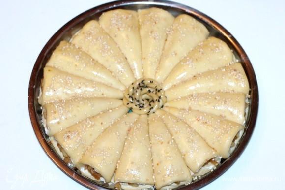 Накрываем формочку с заготовкой пирога легким сухим полотенцем или тряпицей и отправляем пирог в теплое место для подъема в 2 раза. Я включаю духовку на минимальную температуру (40°C), и мой пирог через 20 минут увеличивается в два раза.