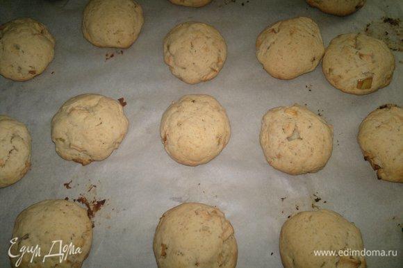 Готовое печенье достать из духовки. Дать немного остыть.