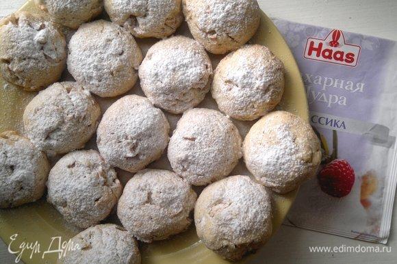Печенье переложить на блюдо. Посыпать сахарной пудрой Haas.
