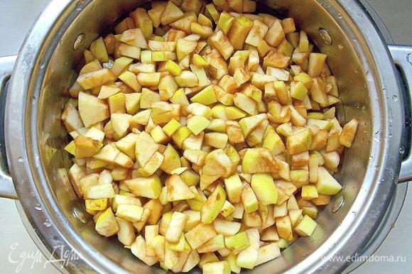 Помойте яблоки, очистите от сердцевины и нарежьте мелким кубиком.